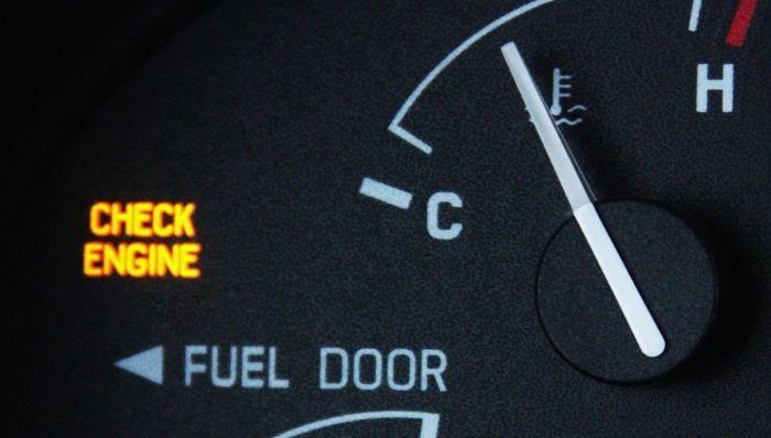 почему горит чек в машине